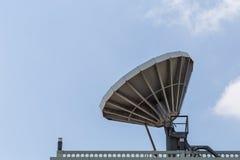 Stor satellit- maträtt på taket royaltyfri fotografi