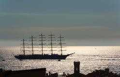 Stor segelbåtsegling i solnedgång Royaltyfria Foton
