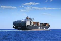 Stor segling för MSC ABIDJAN för behållareskepp i öppet vatten Arkivbild