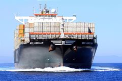 Stor segling för MSC ABIDJAN för behållareskepp i öppet vatten Fotografering för Bildbyråer