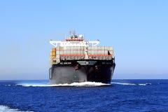 Stor segling för MSC ABIDJAN för behållareskepp i öppet vatten Arkivfoto