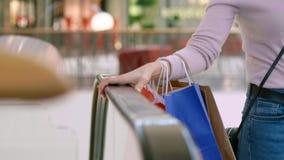 Stor shopping i shoppinggalleria stock video