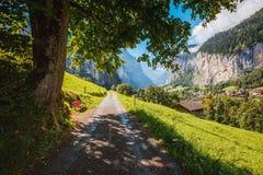 Stor sikt av den alpina byn Schweiziska fjällängar för lägeställe, Lauterbrunnen dal, Europa Carpathian Ukraina, Europa arkivfoton