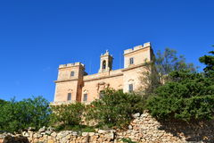 Stor sikt av den Selmun slotten med den blåa himlen av Malta Royaltyfri Bild