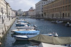 Stor sikt av den Trieste kanalen arkivbilder
