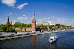 Stor sikt av Kremlslott- och Moskvafloden, sikt från bron arkivfoton
