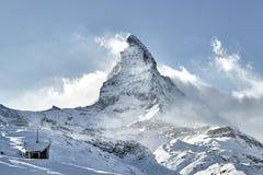 Stor sikt av Matterhorn den östliga framsidan som täcker vid moln arkivbilder