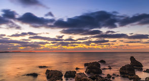 Stor sikt av molniga himlar och aftonhavet Arkivfoto