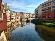 Stor sikt av Rio Onyar i Girona, Catalonia, Spanien royaltyfria foton