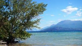 Stor sikt av sjön Garda från den Sirmione stranden, Italien Arkivfoto