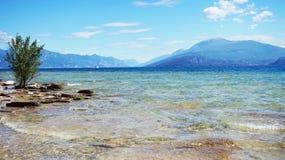 Stor sikt av sjön Garda från den Sirmione stranden, Italien Arkivfoton