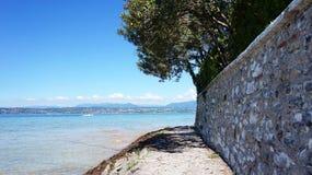 Stor sikt av sjön Garda från den Sirmione stranden, Italien Royaltyfri Bild