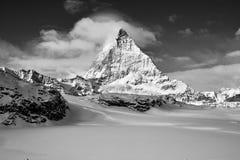 Stor sikt för svartvit kontrast av Matterhorn östlig facefrom Zermatt royaltyfri fotografi