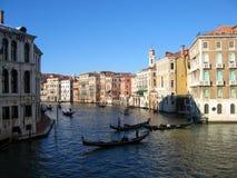 Stor sikt för Venedig kanal med Gondole Royaltyfria Foton
