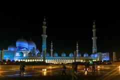 Stor sikt från gatan på Sheikh Zayed Grand Mosque med det härliga blåa panelljuset i aftonen royaltyfria bilder
