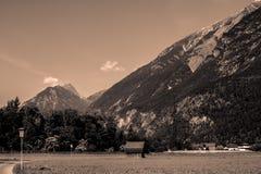 Stor sikt på berget från dalen fotografering för bildbyråer