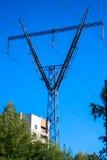 Stor sikt på powerlinesna Arkivfoton