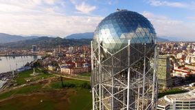 Stor silverboll i krona av det alfabetiska tornet Batumi Georgia, kulturellt symbol royaltyfri fotografi