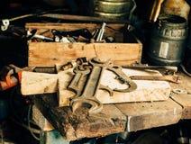 Stor skiftnyckel och några andra hjälpmedel i garaget på tabellen Arkivbilder