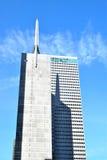 Stor skyskrapa med den spetsiga överkanten Royaltyfria Foton