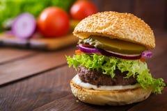 Stor smörgås - hamburgarehamburgare med nötkött Arkivfoton