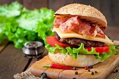 Stor smörgås - hamburgarehamburgare med nötkött, ost, tomat Royaltyfri Bild