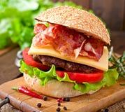 Stor smörgås - hamburgarehamburgare med nötkött, ost, tomat Arkivfoton