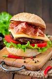Stor smörgås - hamburgarehamburgare med nötkött, ost, tomat Royaltyfri Foto