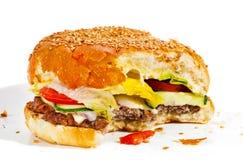 Stor smaklig biten hamburgare arkivbild