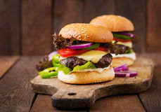 Stor smörgås - hamburgarehamburgare med nötkött, ost, tomat Arkivfoto