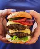 Stor smörgås - hamburgarehamburgare med nötkött, ost, tomat Fotografering för Bildbyråer