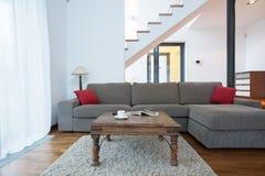 Stor soffa i vardagsrum arkivbilder