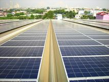 Stor sol- bakgrund för bro för upphängning för PV-taksystem Arkivfoto