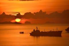 Stor sol med skeppet Royaltyfri Foto