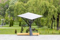 Stor sol- station/panel i en parkera Royaltyfri Bild