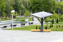 Stor sol- station/panel i en parkera Arkivfoton