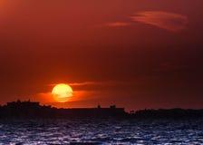 Stor solsolnedgång för röda himlar på havsaftonseascape Royaltyfria Foton