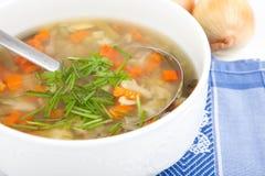 Stor soppabunke som fylls med grönsaksoppa Royaltyfri Fotografi