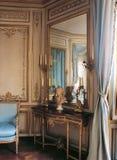 Stor spegel och fåtölj på den Versailles slotten, Frankrike Arkivbild