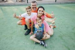 Stor sportig familj arkivfoto