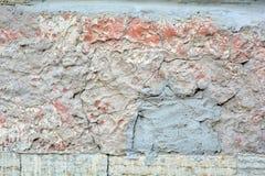 Stor spricka i gammal målad smutsig rost och grov betongväggtextur arkivbild