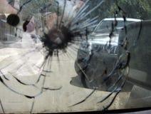 Stor spricka till vindrutan av bilen från militär prickskyttkula för fragment arkivfoto