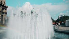 Stor springbrunn i centret i Belgrade stock video