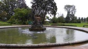 Stor springbrunn i en trädgård Royaltyfri Fotografi