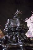 Stor springbrunn på den Piccadilly cirkusen London Arkivbild