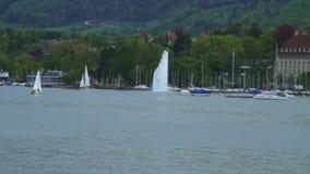 Stor springbrunn på sjöGenève stock video