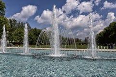 Stor springbrunn under den molniga himlen Royaltyfri Bild