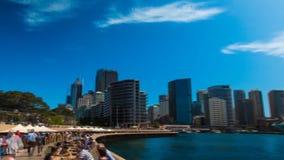 Stor stålbro över havhamn i panorama för schackningsperiod för tid för cityscape 4k för horisont för Sydney operahusAustralien ar