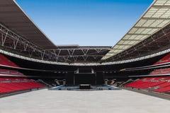 Stor stadion som är tom och som är klar med etappen Arkivfoton