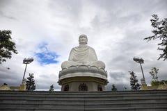 Stor staty av en vit Buddha i lotusblommaposition Royaltyfria Bilder